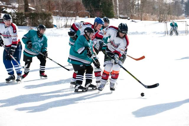 Eishockey auf dem Brennsee - Feld am See Kaernten