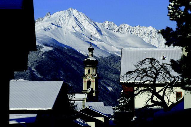 Der Kirchturm der Wallfahrtskirche Götzens vor dem Birgitzköpfl - Goetzens Tirol