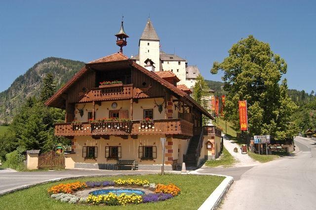 Blick auf die mittelalterliche Burg Mauterndorf, welche der Öffentlichkeit zugänglich ist! - Mauterndorf Salzburg