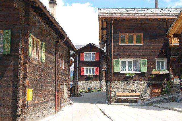 """Der urige und typische Dorfplatz """"Herrenviertelplatz"""" - Visperterminen Valais"""