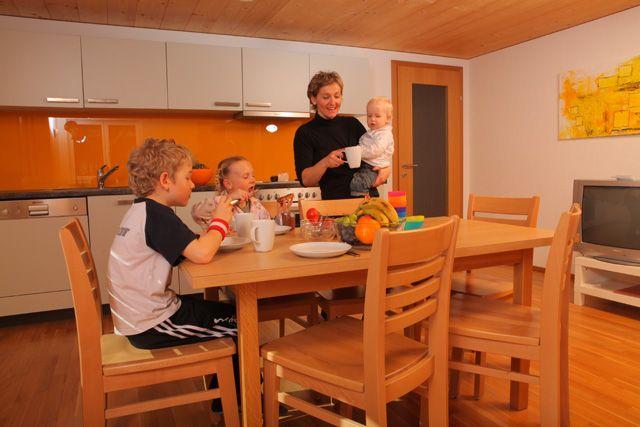 """""""Die Sonnigen"""" - unser Appartementhaus Sonne, ideal für Familienurlaub. - die Sonnigen-Appartements und Familienspaß Bezau"""