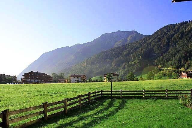 """Zugang zum Garten direkt über die Terrasse. - Haus Bauer """"NEU"""" Pertisau am Achensee"""