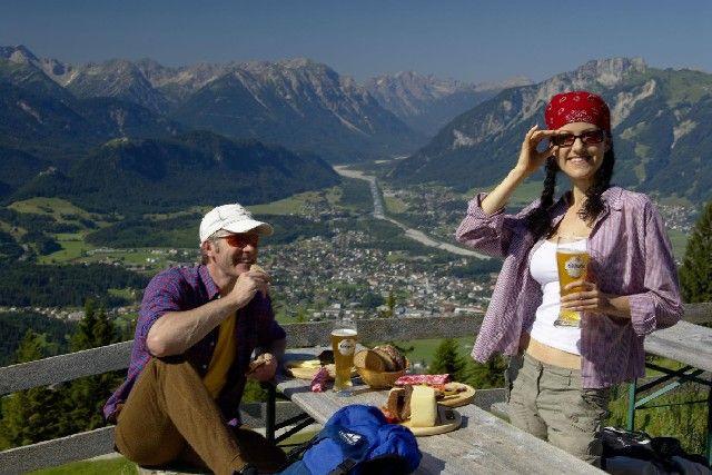 Genießen Sie das wunderschöne Bergpanorama auf einer der urigen Almen und Hütten der Region. - Naturparkregion Reutte Tirol