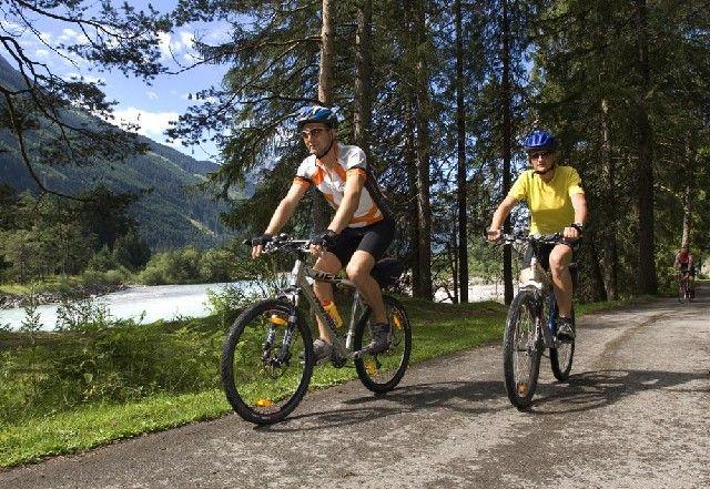 """Bei einer Radtour sind Sie """"auf du und du"""" mit der Natur! Die Lechtaler Radwanderwege führen Sie hinein in die Naturschönheiten der Region - Steeg im Lechtal Tirol"""