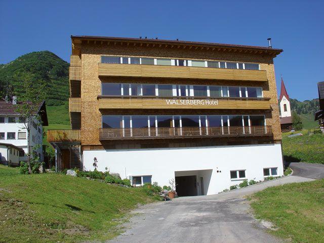 Fassade im Sommer - Hotel Walserberg Warth am Arlberg