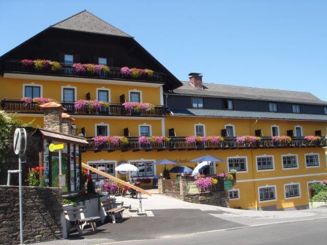 """Unser Familienbetrieb liegt direkt im Ortszentrum von St.Jakob in der waldreichen Gegend des Jogllandes. - Gasthof - Pension Posch """"Kirchenwirt"""" St. Jakob im Walde"""
