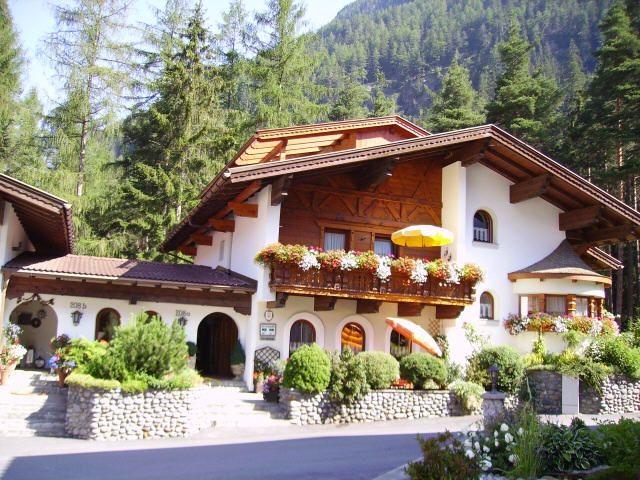 """Gästehaus """"Sissy"""" am Waldesrand und doch im Zentrum - Gaestehaus Sissy Laengenfeld"""