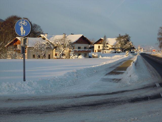 """Zwei Spuren im Schnee ....führen zum Quartier """"Jedinger"""" Wir vermieten zu jeder Jahreszeit. Für Durchreisende gerne auch nur für 1 Nacht. - Gaestezimmer """"JEDINGER"""" mit Hausbrauerei Oberhofen am Irrsee"""