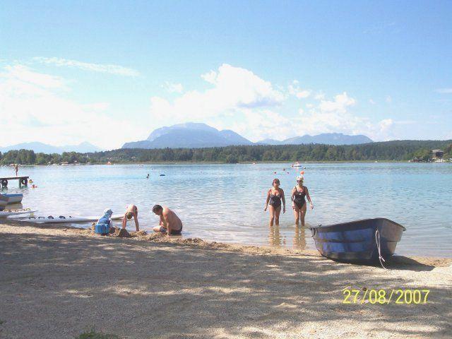 Unser flacher Sandstrand, mit einer Liegewiese von 1200m² ist besonders für Kinder und ungeübte Schwimmer geeignet. - Appartements - Seehaus Muehlbacher Faaker See