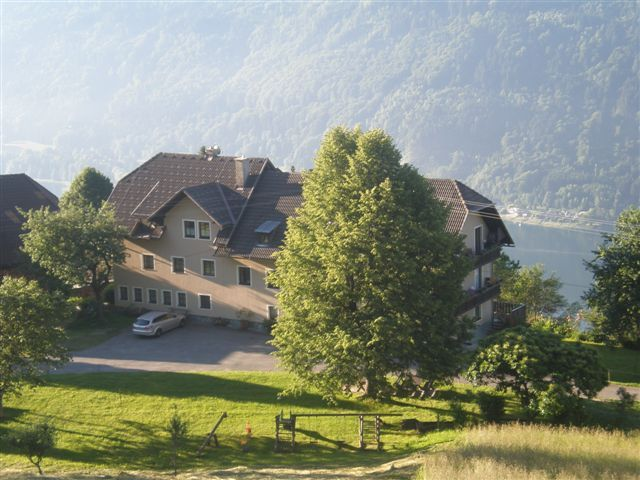 Morgensonne am Ossiacher See mit Blick auf Landhaus Hofer mit Hintergrund Ossiacher See - Landhaus Hofer - Pension Stichauner Treffen am Ossiacher See
