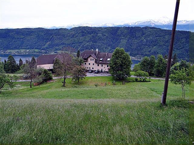 Haus Außenansicht Waldseite im Hintergrund Panorama auf Bergkulisse und Ossiacher See - Landhaus Hofer - Pension Stichauner Treffen am Ossiacher See