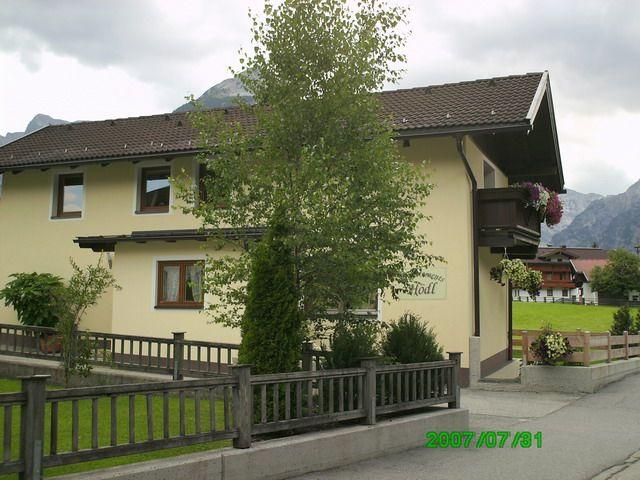 Unser Ferienhaus - gelegen in Seilbahnnähe, bester Ausgangspunkt für zahlreiche Wanderungen - ca. 5 Gehminuten vom Achensee entfernt. - Apart Hoedl Pertisau am Achensee