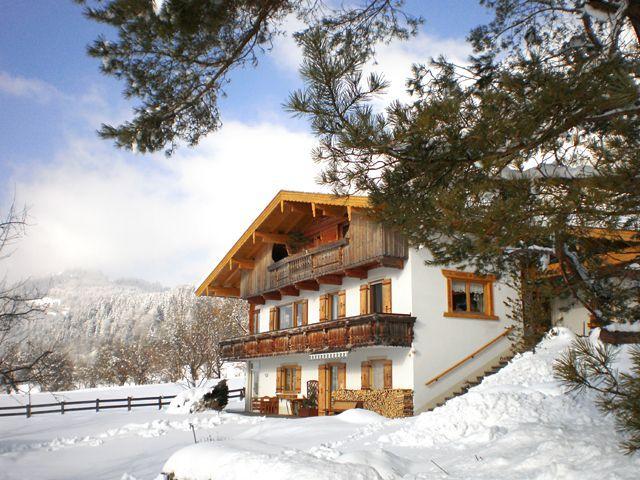 Unser sonnig gelegenes Haus mit großer Liegewiese, Terasse und Balkon. - Haus Schindlauer Walchsee