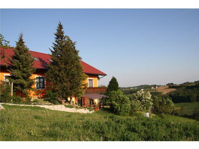 Auf einem Hang befindet sich unser familienfreundliches Gästehaus. Geniesen Sie eine traumhafte Lage mit Blick über die steirische Hügellandschaft. - Gaestehaus Dobida Unterlamm