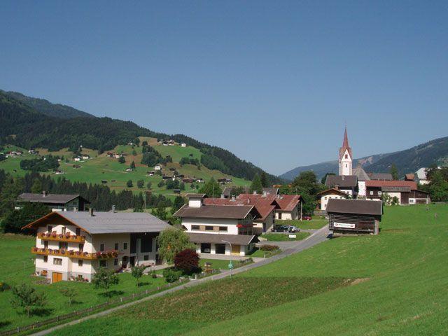 ... unser Haus eingebettet in den Dorfverband ... auch zur Winterzeit immer genügend Stellplatz für Ihren PKW. - Haus Lanzinger Lesachtal