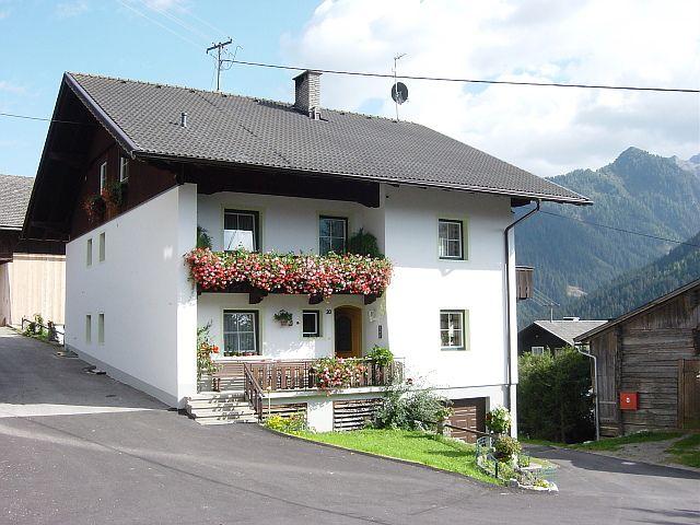 """Auf einer kleinen, sehr sonnigen Anhöhe thront der Janserhof in Bergen im Ortsteil """"Huben"""". - Janserhof - Hansjoerg Indrist Obertilliach"""