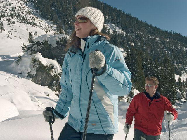 """Beim Trappern oder Schneeschuhwandern lernen Sie die Umgebung auf """"großem"""" Fuße kennen. - Karroesten Tirol"""