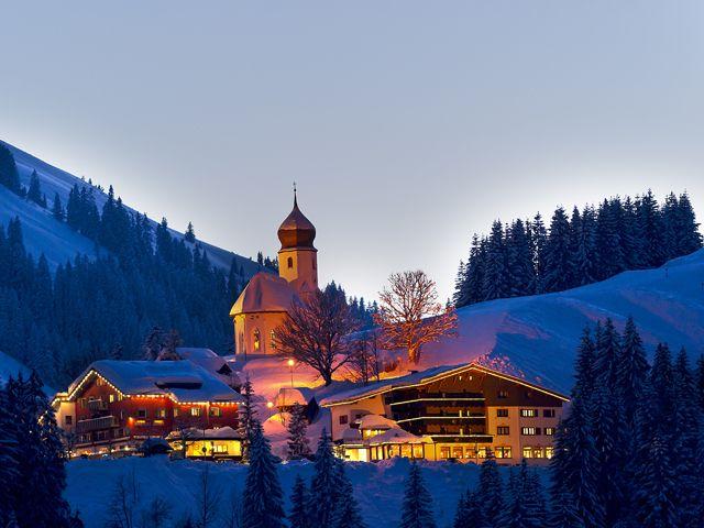 Das Kirchdorf in Damüls in Abendstimmung - Damuels Vorarlberg