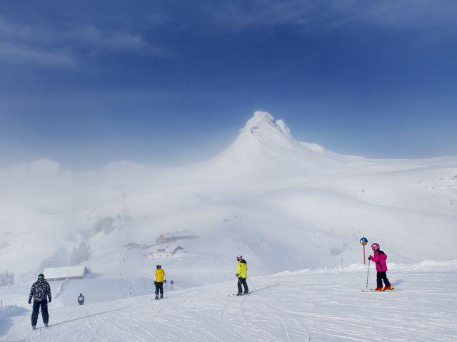 Skifahrer vor der Damülser Mittagspitze - Damuels Vorarlberg