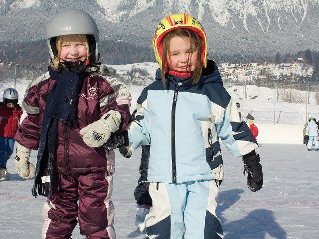 Am Eislaufplatz können die Kinder aufregende Stunden verbringen. - Roppen Tirol