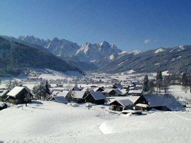 Gosau im Winter mit dem Gosaukamm im Hintergrund - Gosau Oberoesterreich