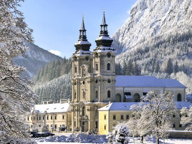 """Bild: Die barocke Stiftskirche """"Dom am Pyhrn"""" schmückt das Ortszentrum von Spital am Pyhrn. - Spital am Pyhrn Oberoesterreich"""