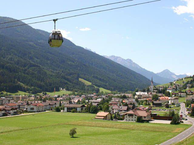 Sillian mit Blick nach Westen. Im Bild sind auch die Hochpustertaler Bergbahnen. - Sillian Tirol