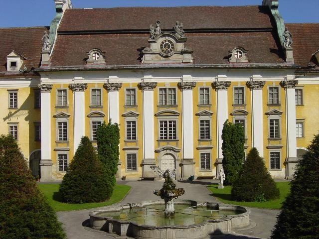 Stiftshof mit Bibliothek erbaut von Gotthard Hayberger und Adlerbrunnen - St. Florian Oberoesterreich
