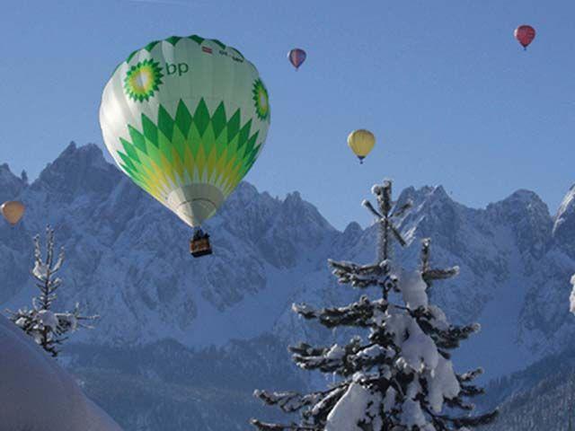 """Die bunten """"Ballon-Riesen"""" schmücken den Himmel über Gosau und das Schneespektakel bietet Sportlern und Partytigern ein unvergessliches Wochenende. - Dachstein Salzkammergut Oberoesterreich"""
