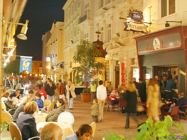 Lokale in der Innenstadt am Abend - St. Poelten Niederoesterreich