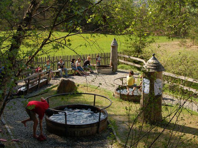 Die Kneippanlage Frauenbrunnen bietet nicht nur an heißen Sommertagen eine gesunde Abkühlung - Tarrenz Tirol