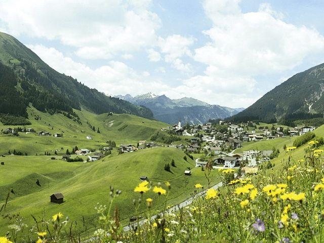 Ausblick auf Berwang bei einem Spaziergang am Brentweg - Berwang Tirol