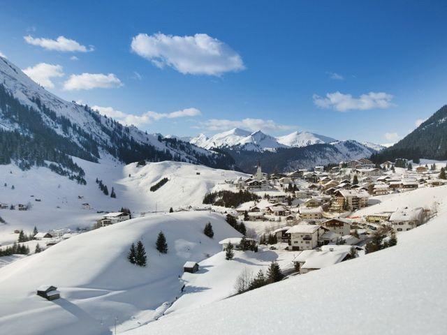 Ausblick auf den idyllischen verschneiten Ort Berwang - Berwang Tirol