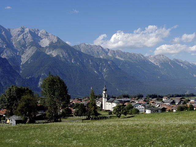 Ortsansicht Götzens mit Nordkette - Goetzens Tirol