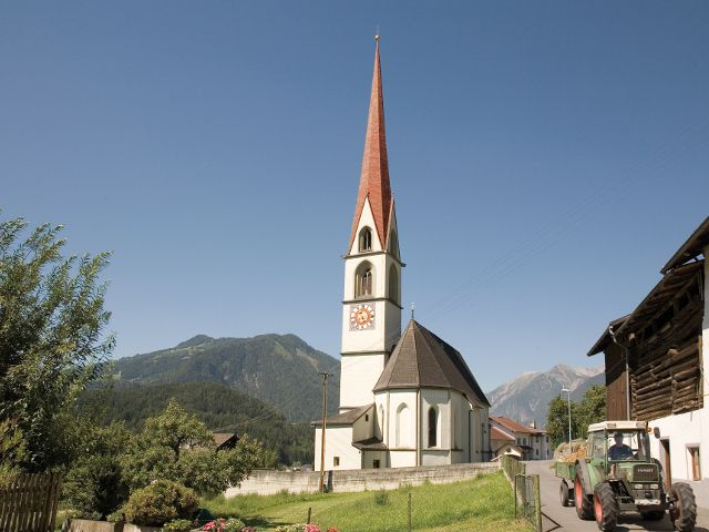 Auch die Kirche von Karres ist ein imposantes Gebäude. - Karres Tirol