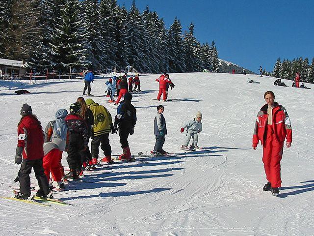 Für Anfänger ist das Skigebiet Rangger Köpfl ideal: Es stehen Skischulen zur Verfügung. - Rangger Koepfl - Bergbahnen Oberperfuss GmbH Oberperfuss