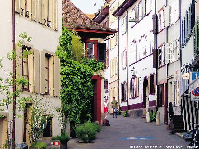Altstadtgasse (Heuberg) am Spalenberg, der mit seinen unzähligen kleinen Gässchen und Boutiquen als Geheimtipp für Shopping gilt. - Basel Aargau/Basel