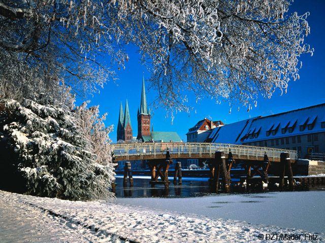 Hansestadt Lübeck/Ostsee: Marienkirche und Petrikirche im Winter (Bundesland: Schleswig-Holstein) - Deutschland
