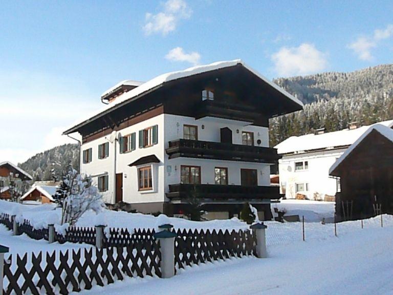 Unser Gästehaus im tiefverschneiten Winter