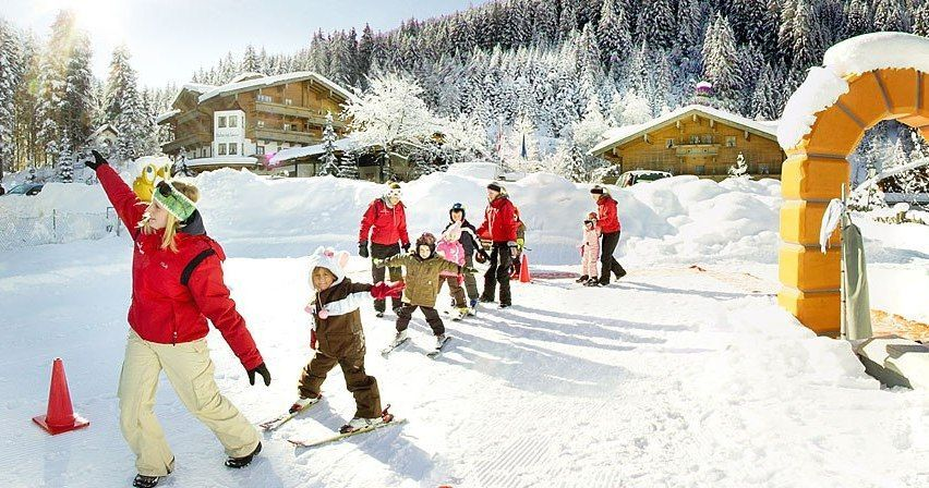 Skiing lesson for children in front of the hotel - Baby u. Kinderhotel Habachklause, Bauernhof-Resort Bramberg
