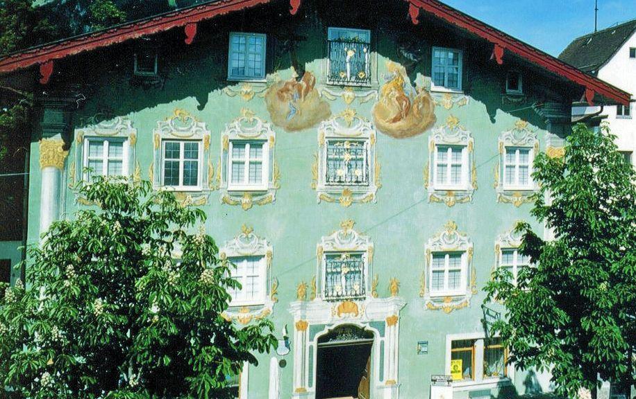 """Im """"Grünen Haus"""" befindet sich das Heimatmuseum, dort wird Ihnen die Geschichte von Reutte und das frühere Leben im Außerfern nähergebracht. - Reutte Tirol"""