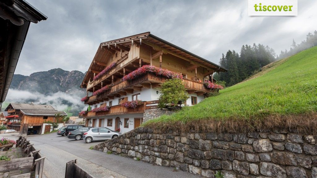 View from outside In summer - Gasthaus Rossmoos Alpbach