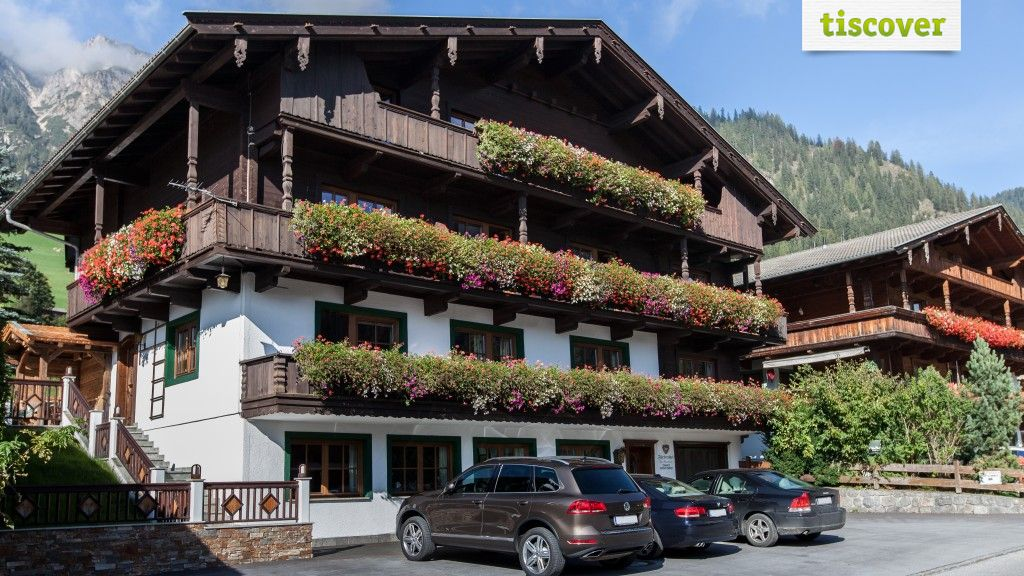 View from outside In summer - Pension Fuerstenhof Alpbach