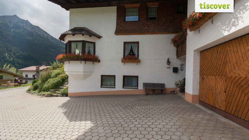 Aussenansicht im Sommer - Haus Wolfgang Stecher & Massagepraxis Stecher Nesselwaengle