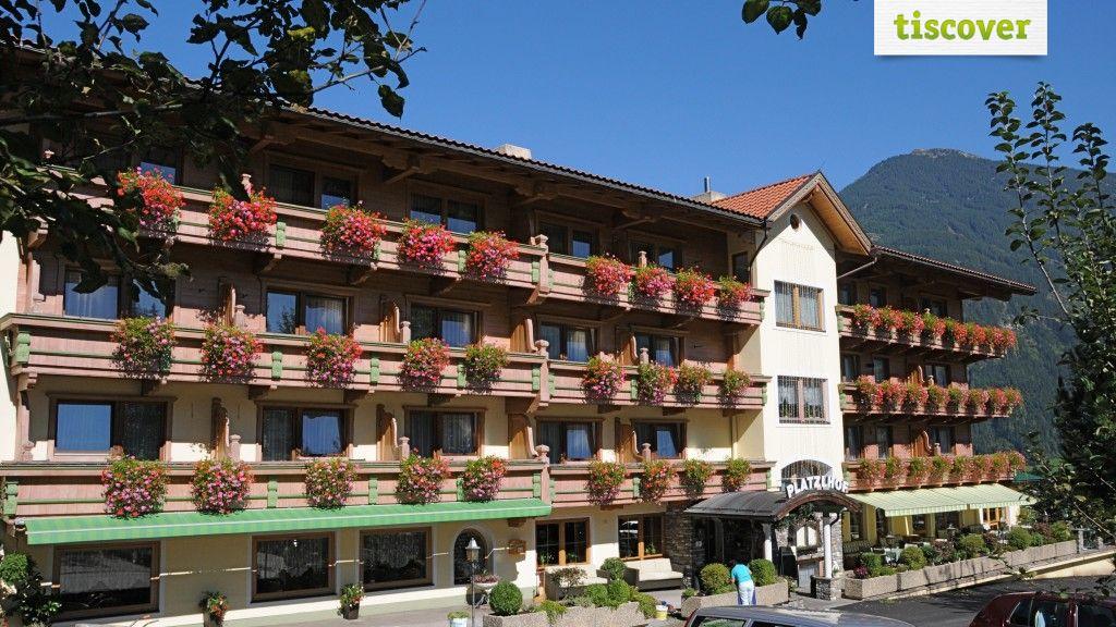 View from outside In summer - Ferienhotel Platzlhof Ried im Zillertal