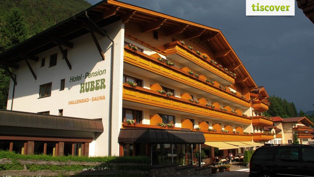 View from outside In summer - Hotel Huber Hochland Maurach am Achensee